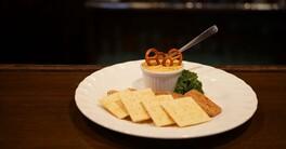 有楽町のビアホール『バーデンバーデン』の秘蔵レシピ。2種のチーズで作るバイエルン生まれの絶品おつまみ・オバツダ|さんたつアカデミア|note